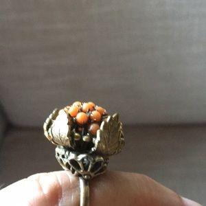 Vintage ring with leaf on side